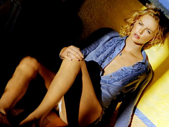 Шарлиз Терон фотов  голубой блузке