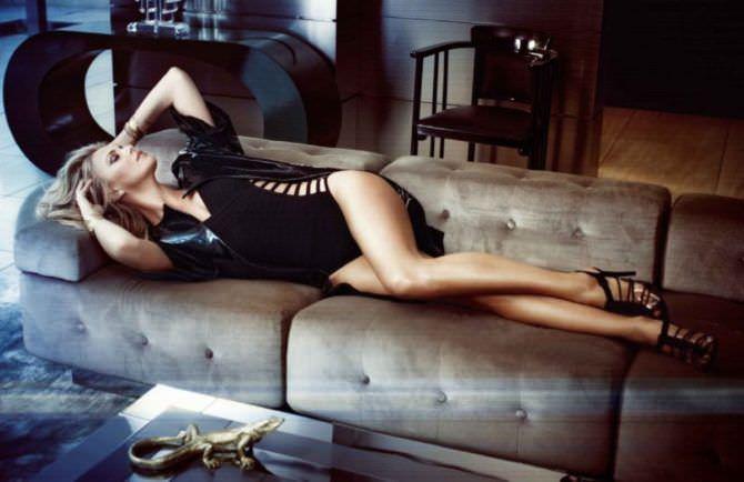 Шарлиз Терон фото в боди на диване