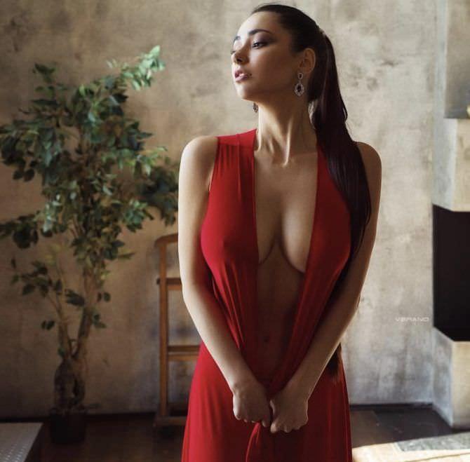 Хельга Ловкейти фотосессия в красном платье