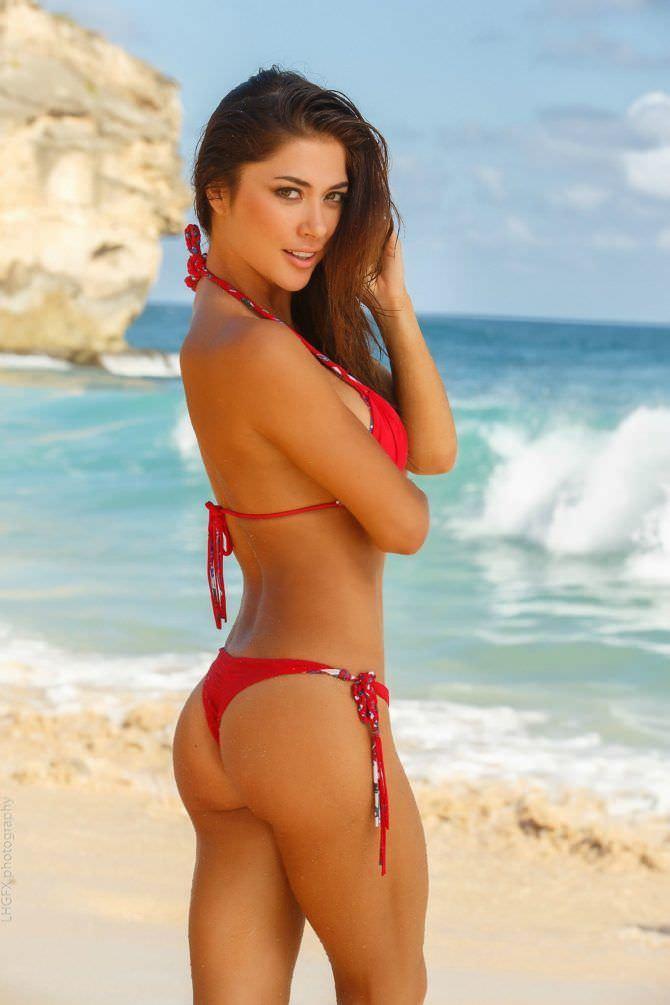 Арианни Селесте фотография в красном бикини