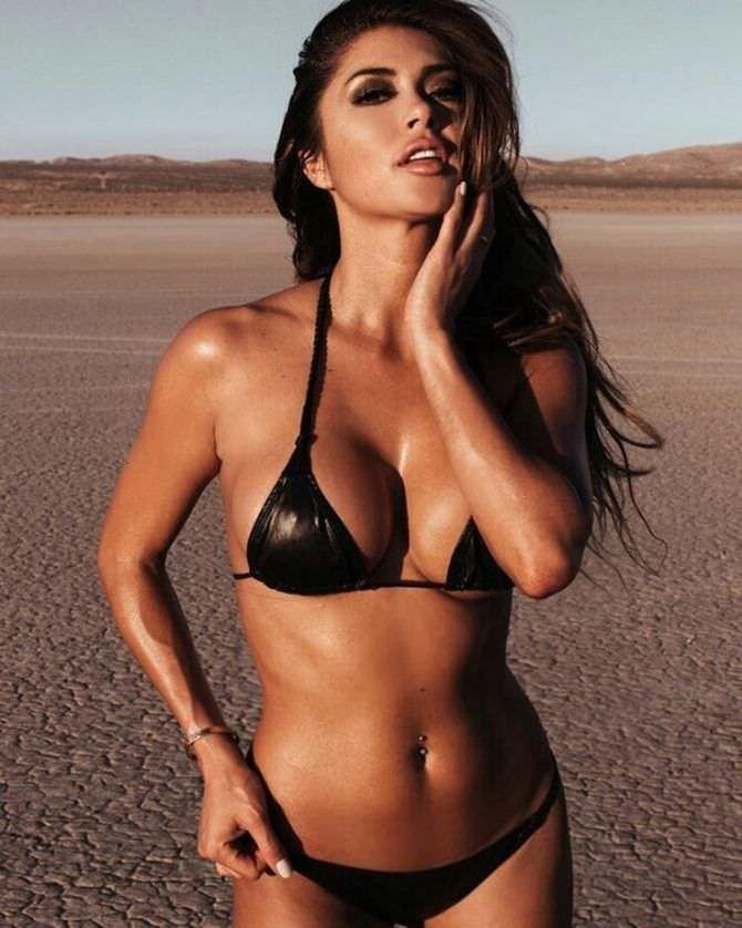Арианни Селесте фото в блестящем чёрном купальнике
