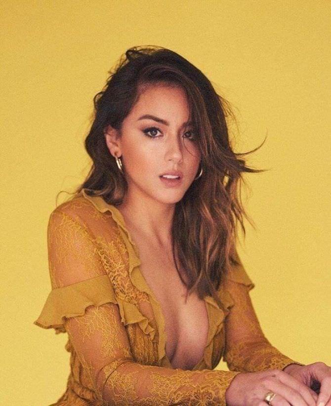 Хлоя Беннет фотография  в жёлтом платье