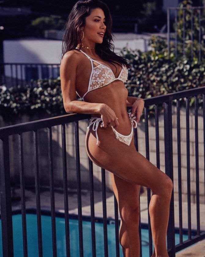 Арианни Селесте фото в красивом бикини у забора