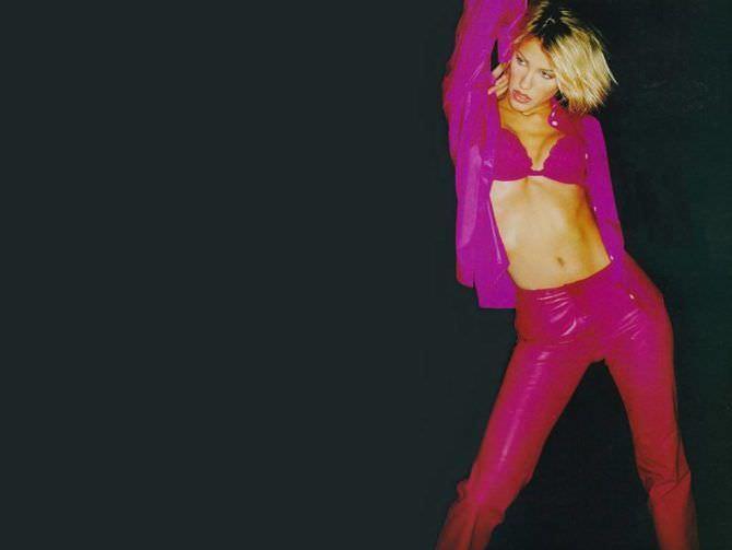 Эмма Сьоберг фотография в розовом костюме