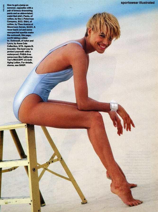 Эмма Сьоберг фото в голубом купальнике