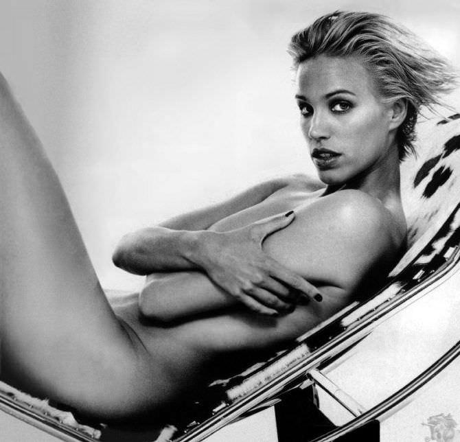Эмма Сьоберг фото без одежды на кресле