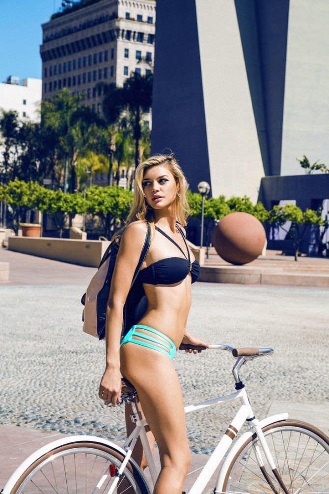 Келли Рорбах фото в бикини с велосипедом