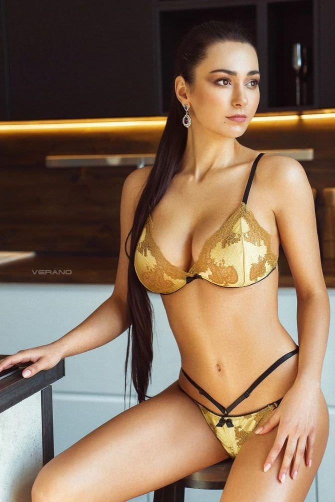 Хельга Ловкейти фото в золотом бикини
