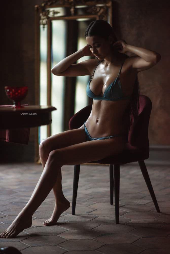 Хельга Ловкейти фото в белье на стуле