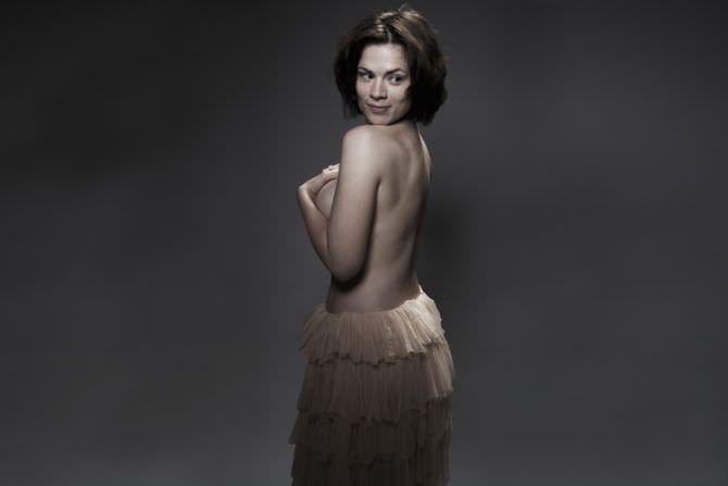 Хейли Этвелл фотография в юбке с рюшами