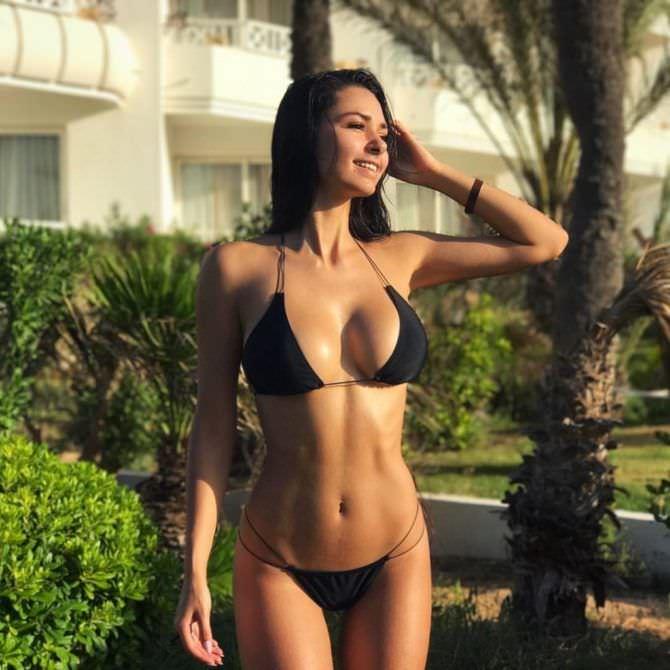 Хельга Ловкейти фотография в чёрном бикини