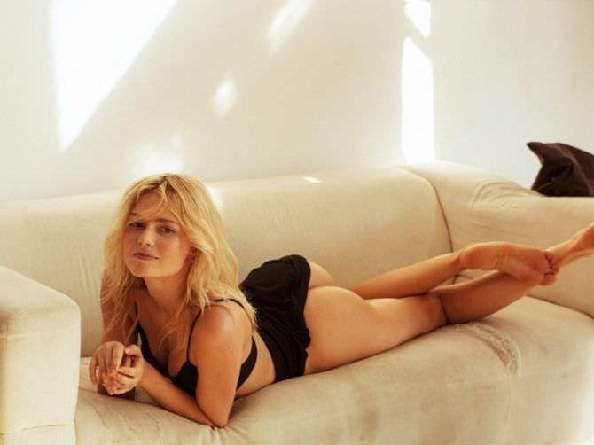 Елена Чернявская фото в нижнем белье на диване