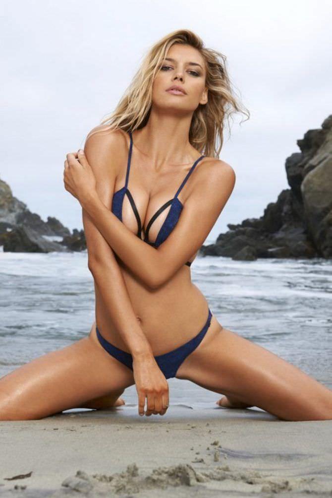 Келли Рорбах фото в позе на пляже