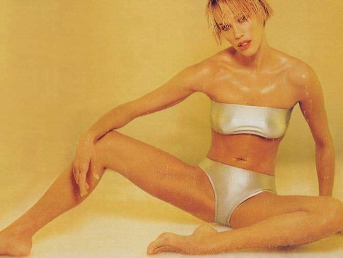 Эмма Сьоберг фото в блестящем бикини