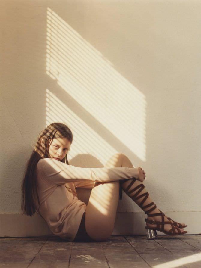 Миа Гот фотография в сандалях