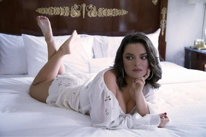 Наташа Королёва фото на кровати