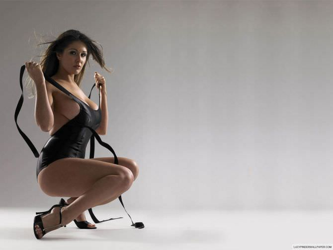 Люси Пиндер фотография в купальнике с завязками
