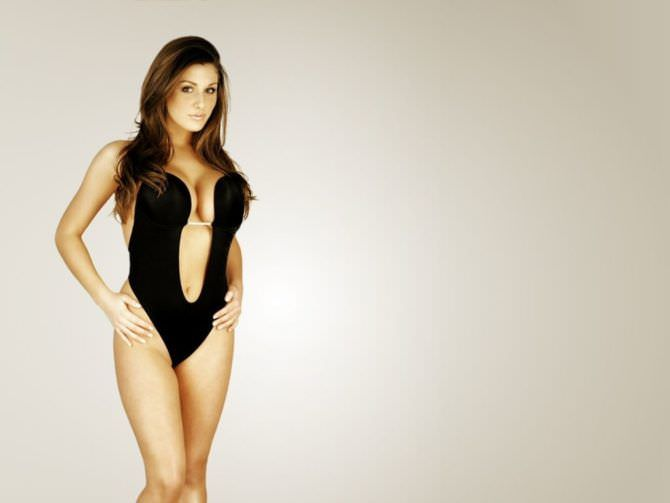 Люси Пиндер фотография в откровенном купальнике