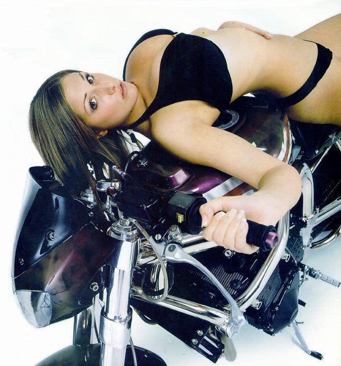 Люси Пиндер фотография на мотоцикле