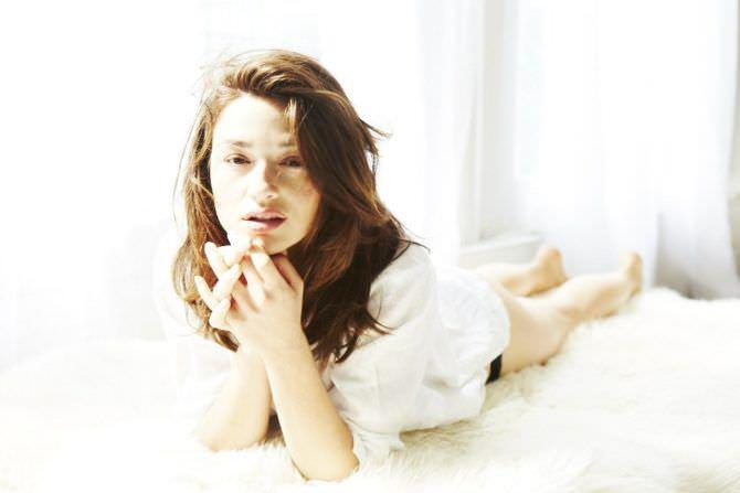 Кристал Рид фото в белой рубашке лёжа