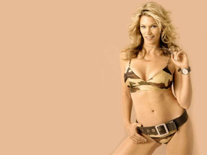 Наташа Хенстридж фотография в комуфляжном бикини