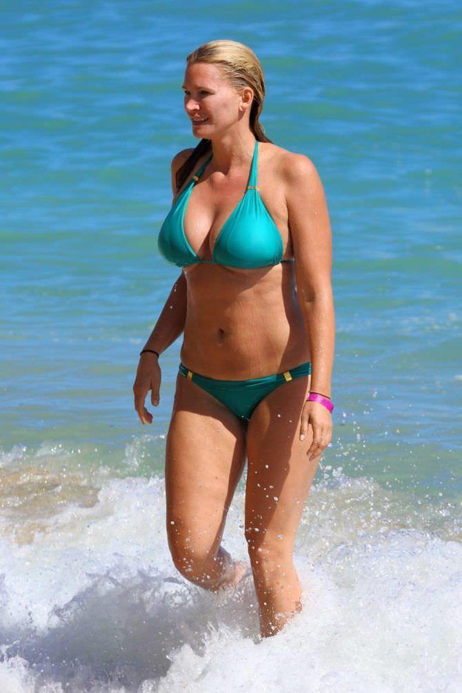 Наташа Хенстридж фото в голубом бикини