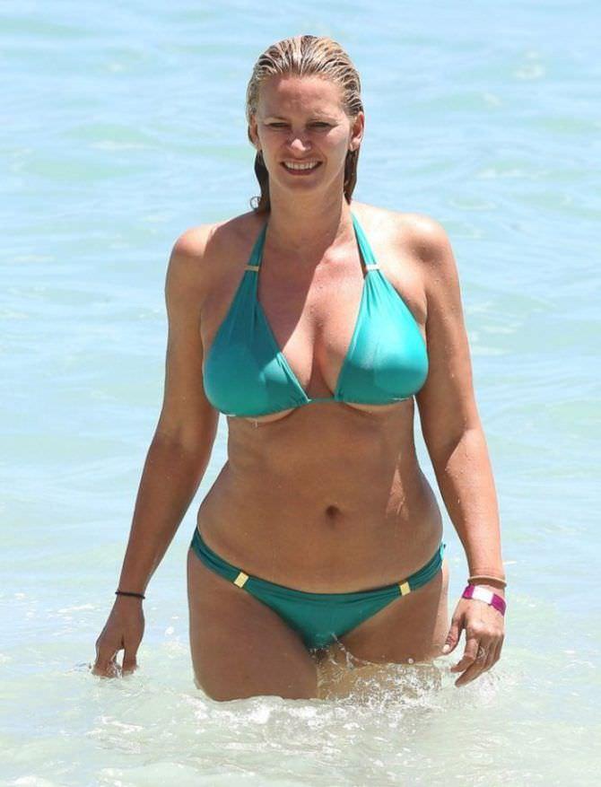 Наташа Хенстридж фото на пляже в купальнике