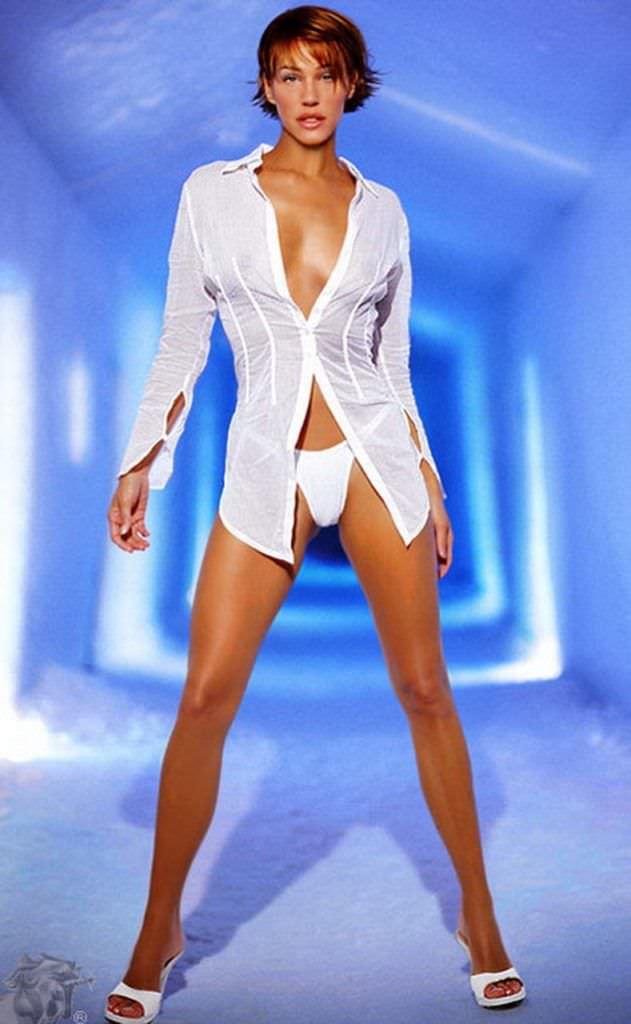 Эмма Сьоберг фотография в плавках и блузке