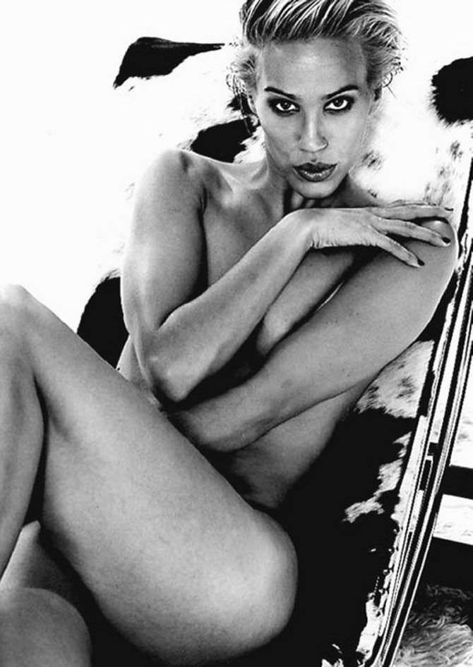 Эмма Сьоберг фотография на стуле без одежды