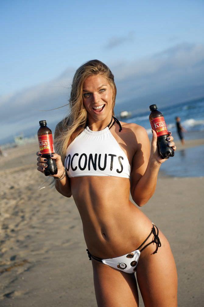 Юлия Ефимова фото на пляже с напитками