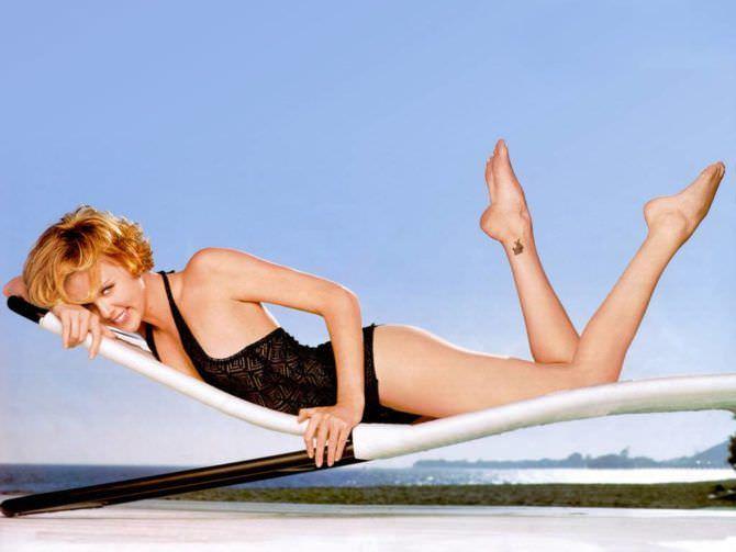 Шарлиз Терон фото в купальнике на шезлонге