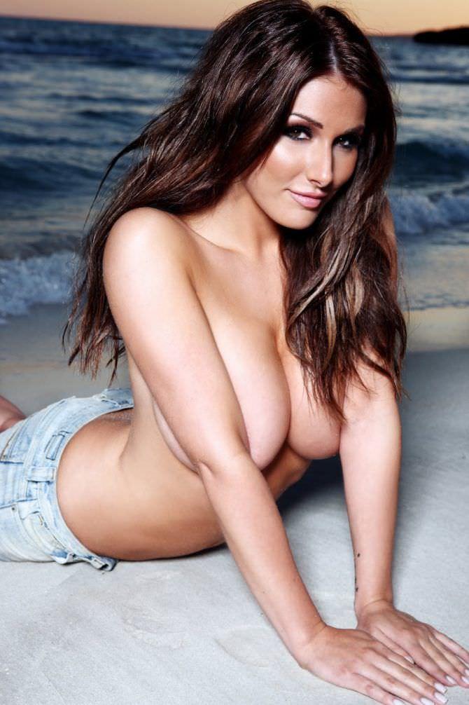 Люси Пиндер фото на пляже в шортах