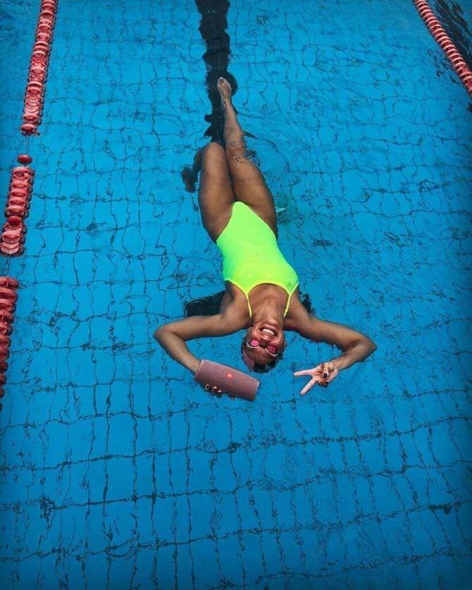 Юлия Ефимова фото в ярком купальнике