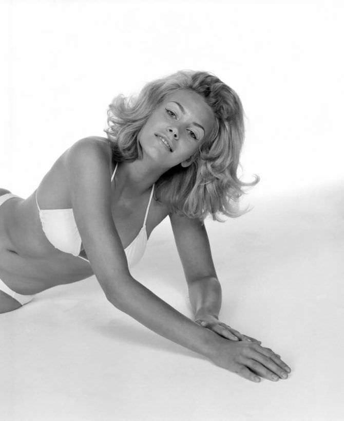 Наташа Хенстридж фото в белом купальнике