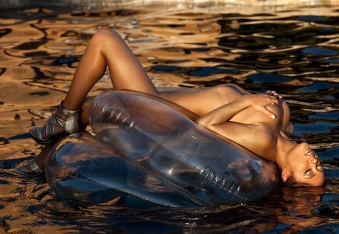 Арианни Селесте фото в воде на надувном матрасе