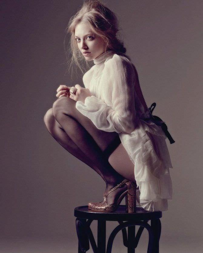 Аманда Сейфрид фото в чулках на стуле