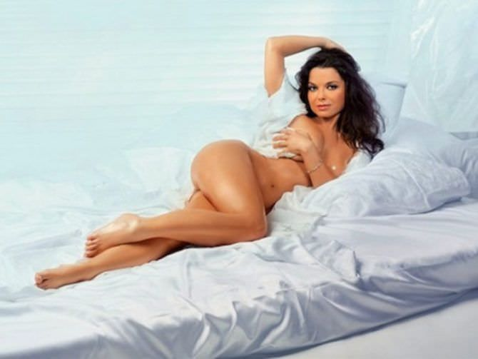 Наташа Королёва фотография на кровати