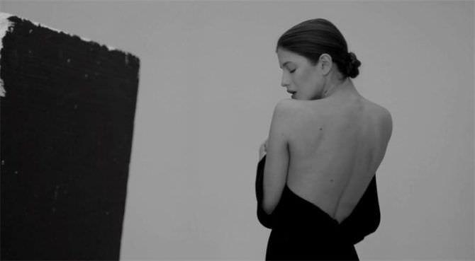 Анна Чиповская фотография в расстёгнутом платье