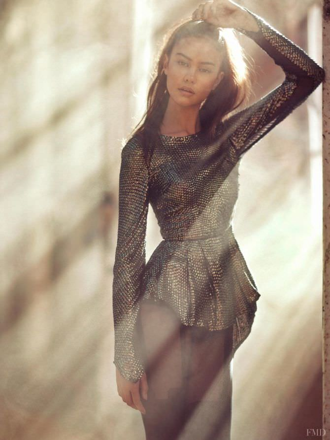 Кортни Итон фотосессия в блестящей блузке