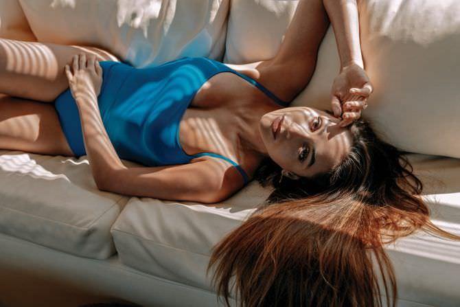 Линдси Морган фото в голубом купальнике