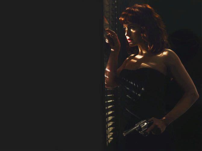 Карла Гуджино фотография с пистолетом