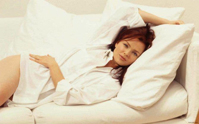 Дина Мейер фото в рубашке на кровати