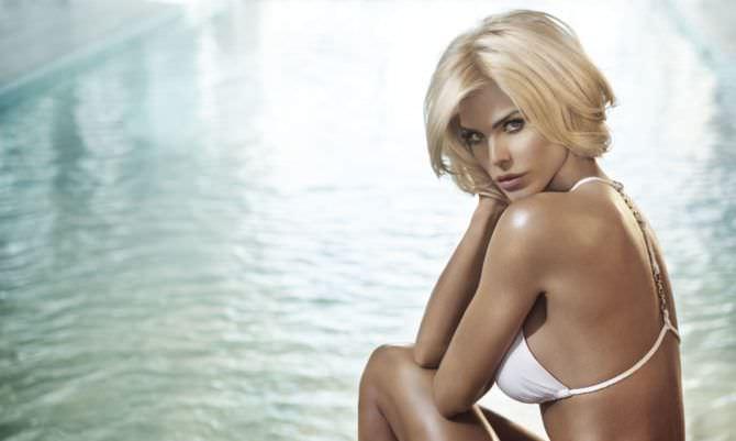 Виктория Сильвстедт фотография в белом бикини