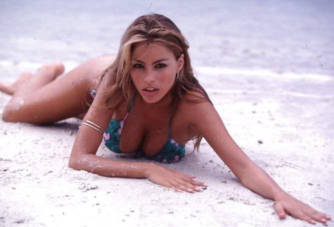 София Вергара фотография на песке на пляже