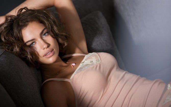 Ирина Шейк фотография в светлой майке