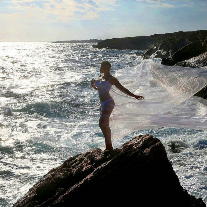 Марина Вовченко фотография на скале с накидкой
