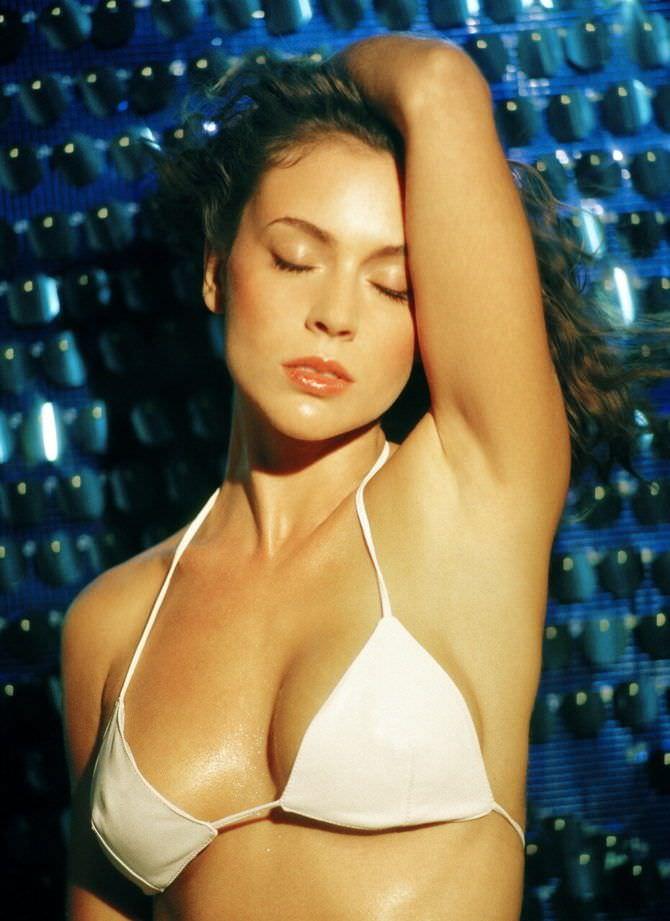Алисса Милано фото в белом бикини