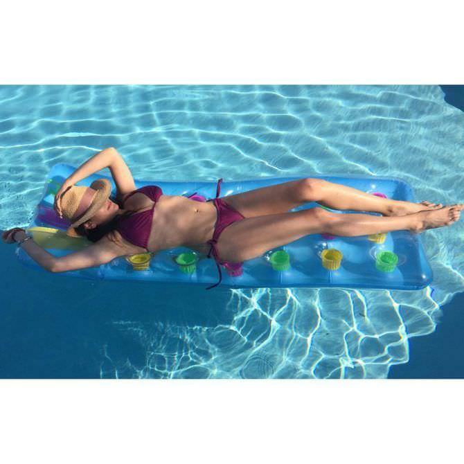 Инбар Лави фотография в бассейне
