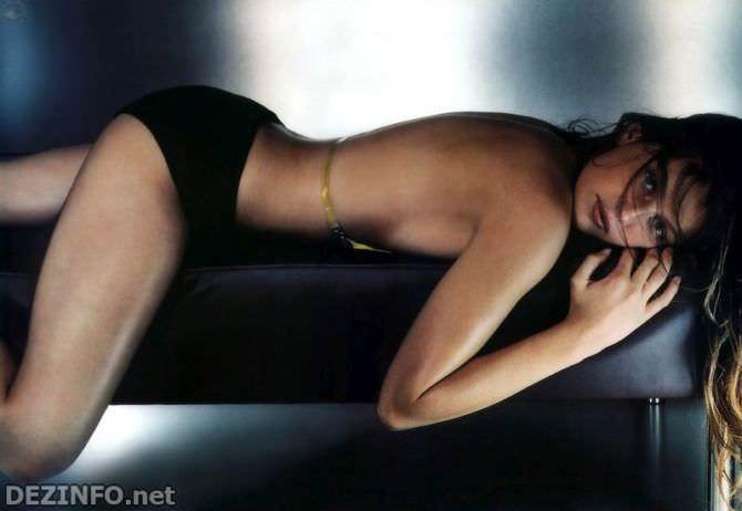 Летиция Каста фото в чёрном купальнике
