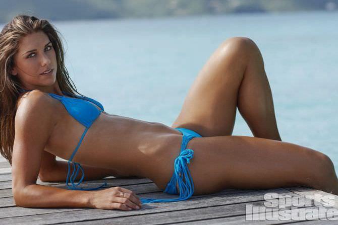 Алекс Морган фото в ярко-голубом бикини